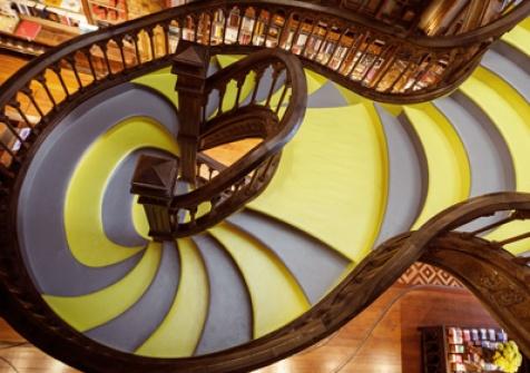 Parceria com a PANTONE® pinta escadaria da Livraria Lello de amarelo e cinza